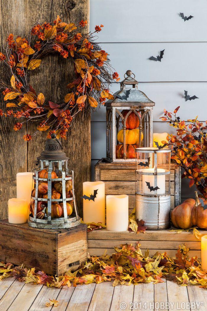deko herbst ideen in stil halloween und herbst gleichzeitig, kerzen, blumenkranz aus herbstlichen pflanzen und ästen, dekor kreativ