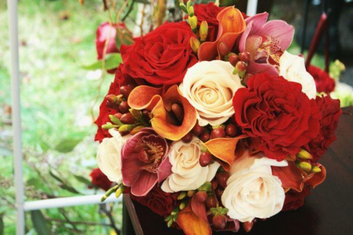 herbstdekoration aus blumen, herbstblumen, rosen in verschiedenen farben