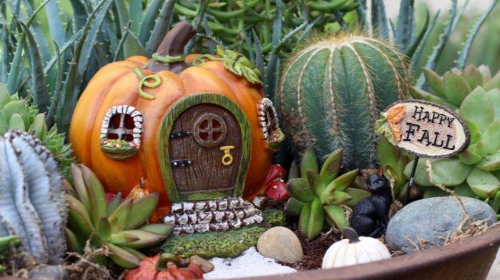 herbstdekoration, niedliche gestaltung, kürbis als ein häuschen gestalten, kaktus