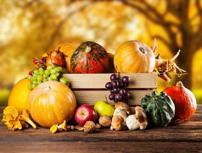 herbstdekoration ideen zum selber dekorieren, schönes bild mit natürlichen stoffen, obst und gemüse herbst