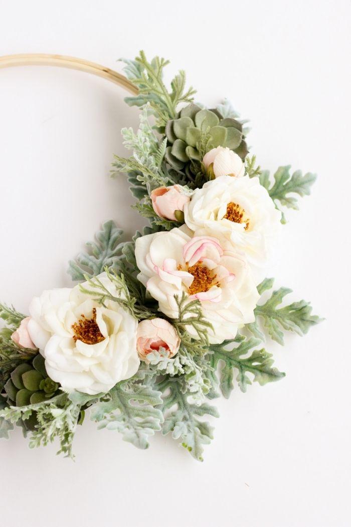 herbst dekoration aus blumen in weißer farbe aber künstlich, blumenkranz selber machen