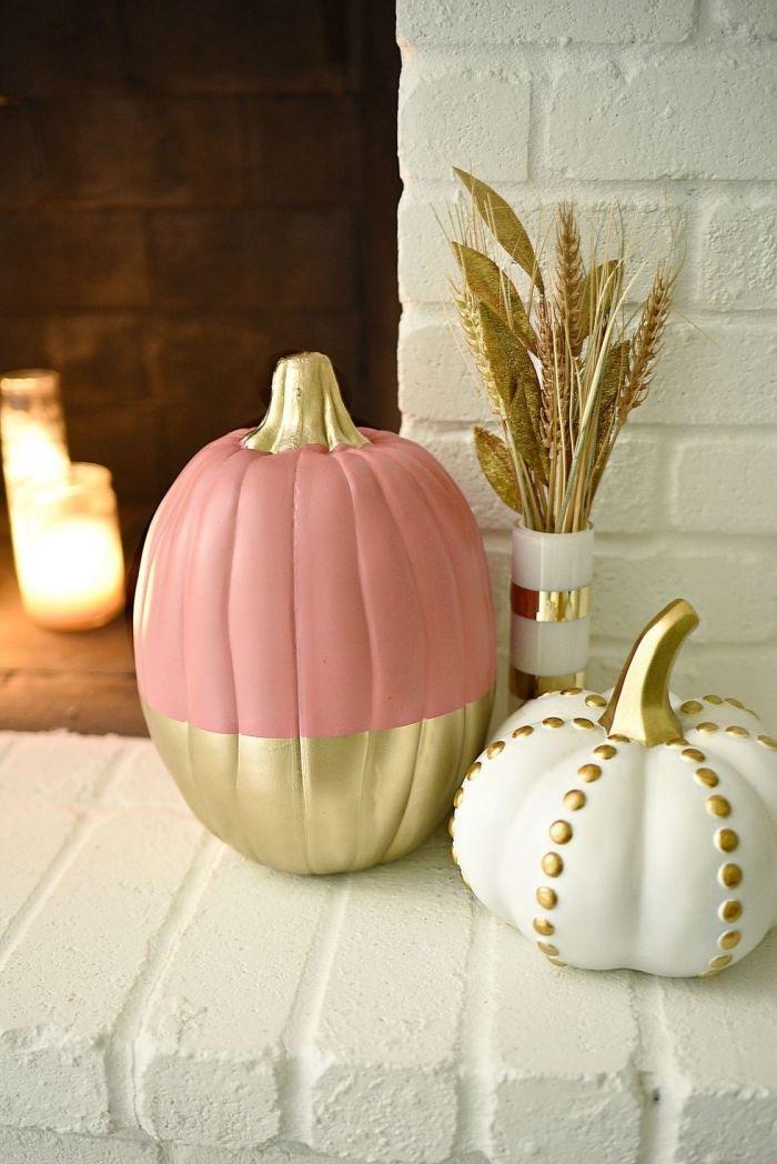herbst dekoration auf einem tisch, kürbis rosa golden und weiß gestalten, romantische deko ideen