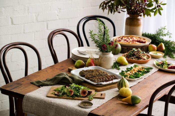 herbstdeko tisch, herbstdekorationen für innen und draußen, dekor auf den tisch