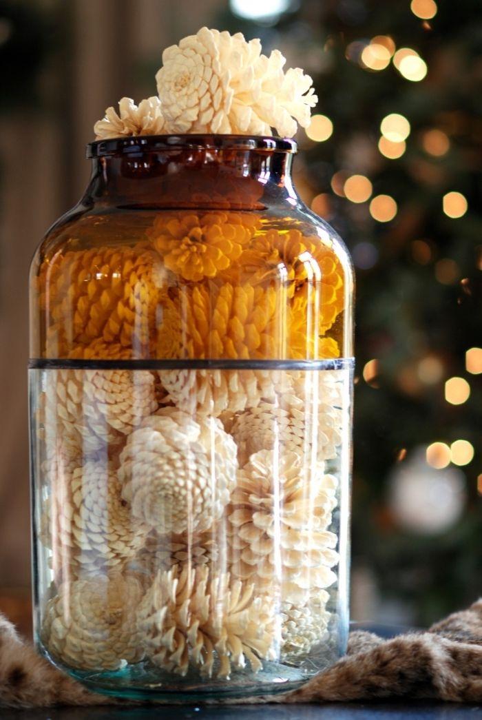 herbstdeko tisch, zapfen in weiß bemalen und in einem glas stecken, braun weiß deko idee