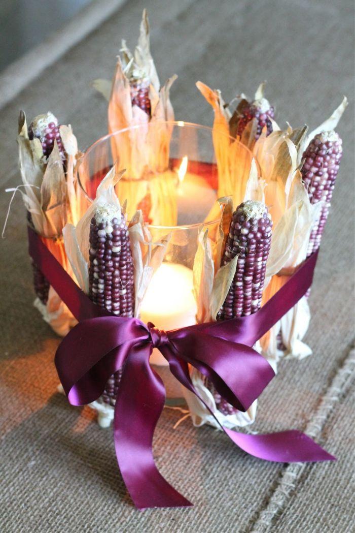 herbst dekoration, kerze in einem glas, lila schleiße, kleine maisstäbchen