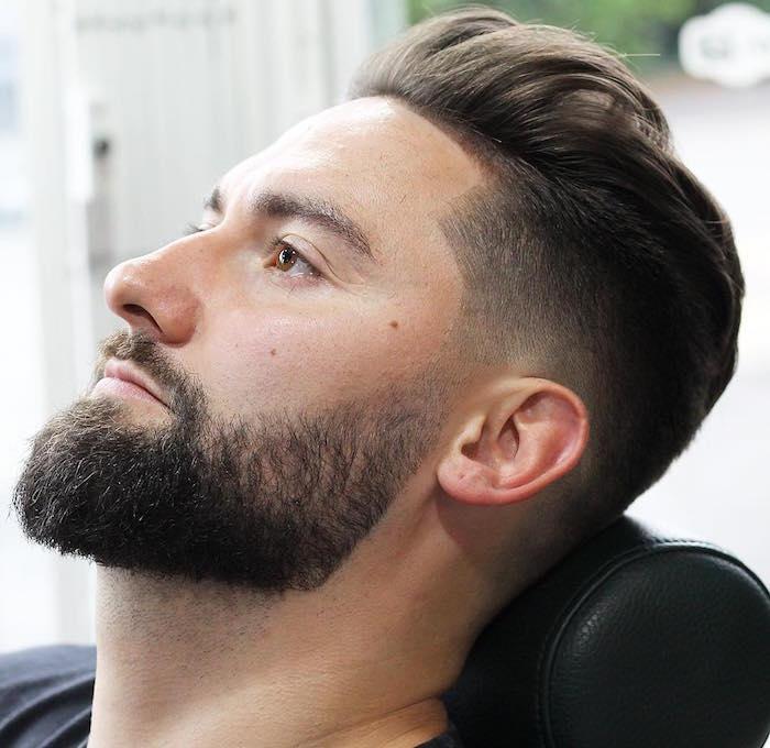 frisuren männer undercut, mann beim frisör, perfekter bart und haarstyle schwarz