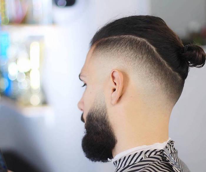herren frisuren kurz im unteren teil und lang oben mit bun, mann mit schwarzem bart