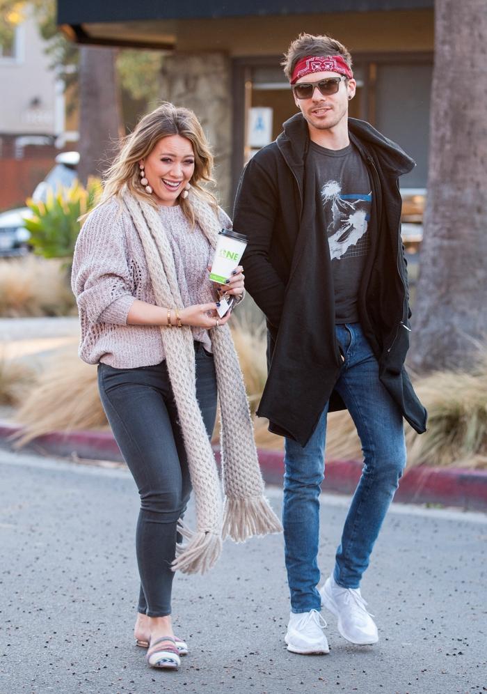 Hilary Duff und Matthew Koma sind auf einem Spaziergang zusammen mit stiler Kleidung