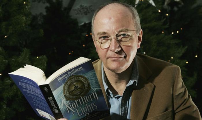 der Schriftsteller Philip Pullman trägt sein Buch in der Hand, der Autor von His Dark Materials