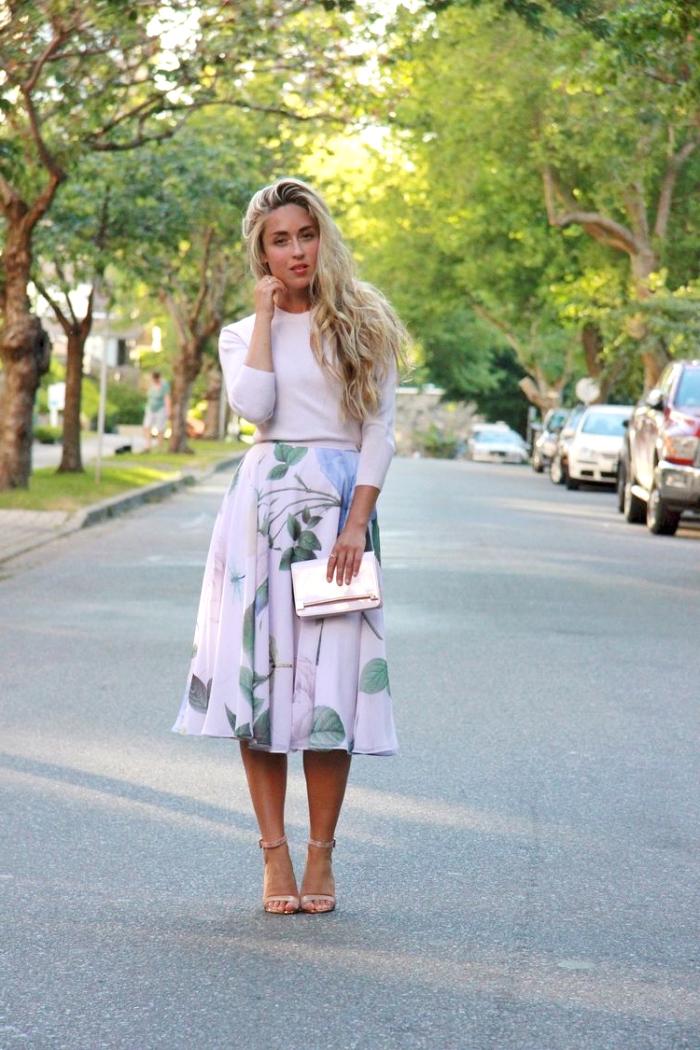 hochzeitsgast outfit, hellrosa rock mit floralen motiven, bluse mit langen ärmeln, tasche in rosegold
