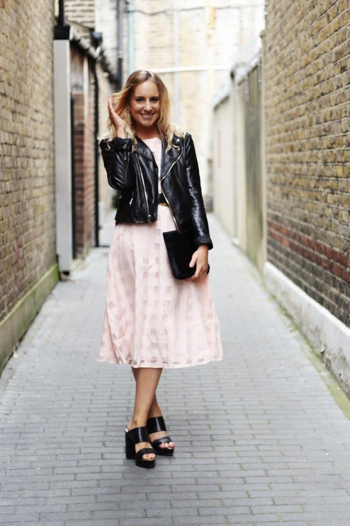 hochzeitsgast outfit, rosa kleid in kombination mit schwarzen schuhen und lederjacke