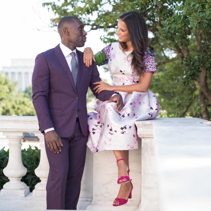hochzeitsgast outfit, rosa schuhe, hochzeitsoutfits für mann und frau, lila anzug, kleid mit floralen motiven