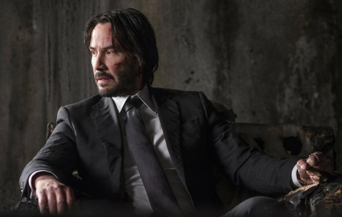 ein Foto von Keanu Reeves, der in einem Anzug mit einem weißen Hemd anhat