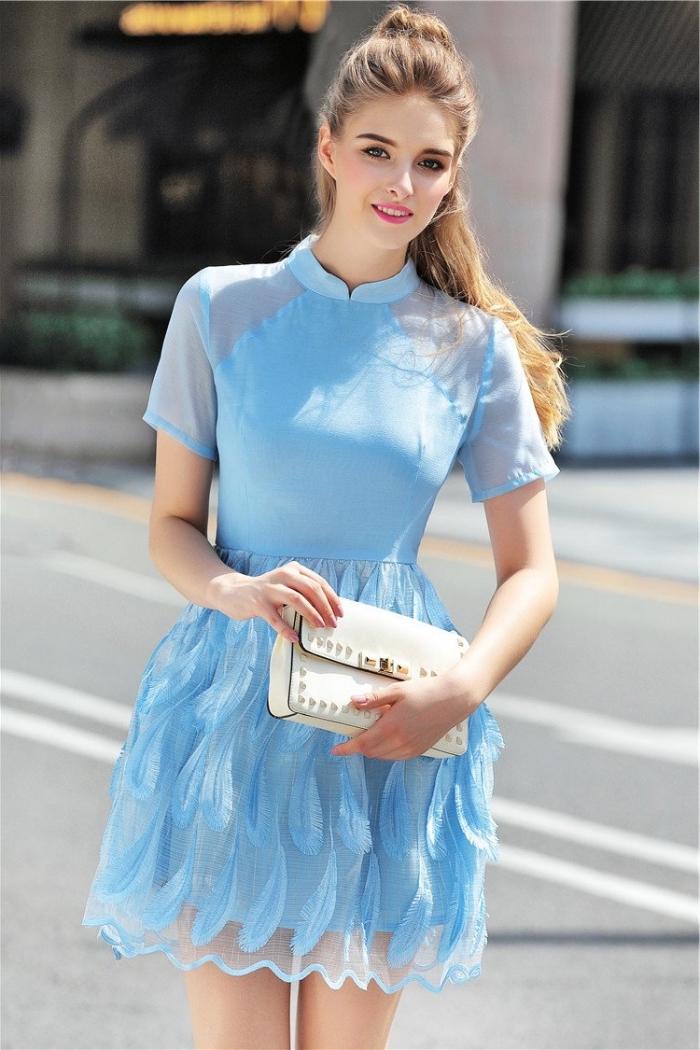 kleider für hochzeit als gast, hellblaues kleid in a linie mit kurzen ärmeln, halbofene frisur, weiße tasche mit kapseln