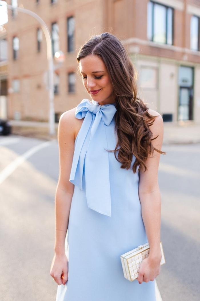 kleider für hochzeit als gast, hochzeitsgast outfit ideen, hellblaues kleid mit großer schleife, kleine weiße tasche