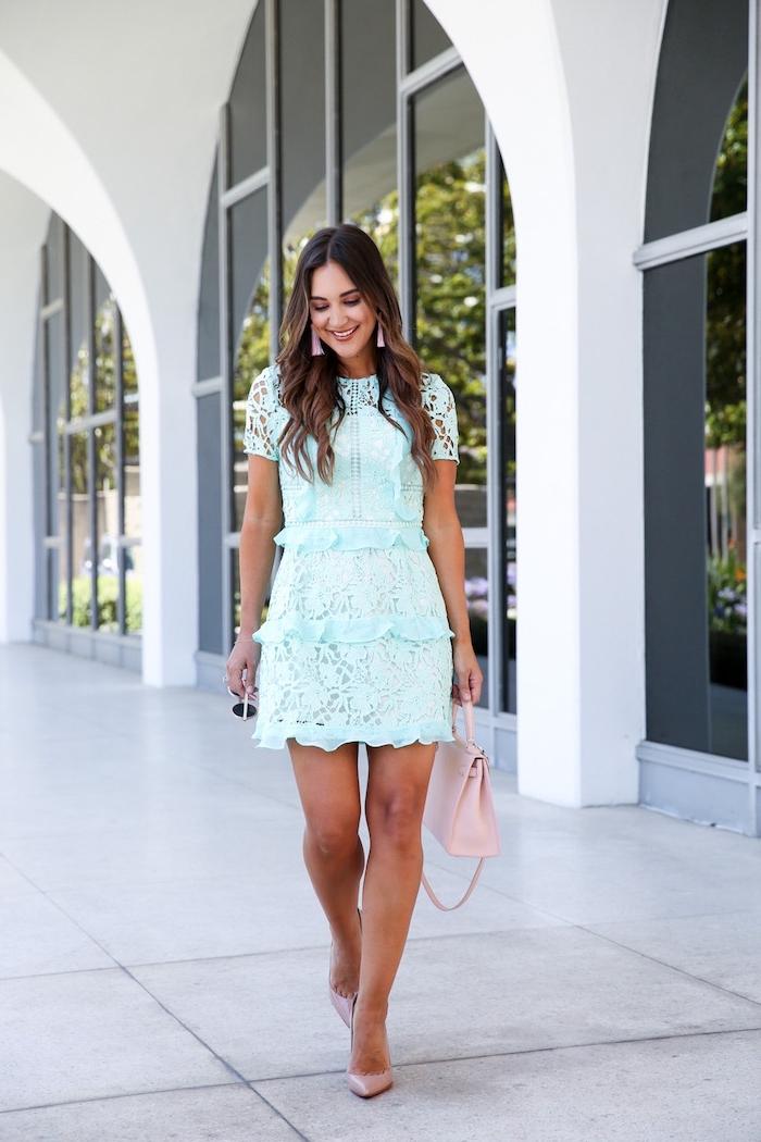 kleider für hochzeit als gast, hellblaues kleid mit spitze und rüschen, rosa tasche, hochzeitsgast