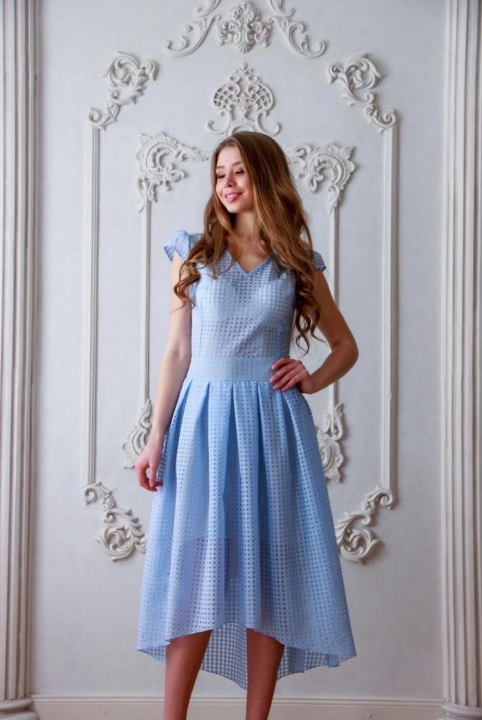 kleider für hochzeit als gast, kleid mit weitem rock, hellblaues sommerkleid, frisur mit locken, hochzeitsoutfit