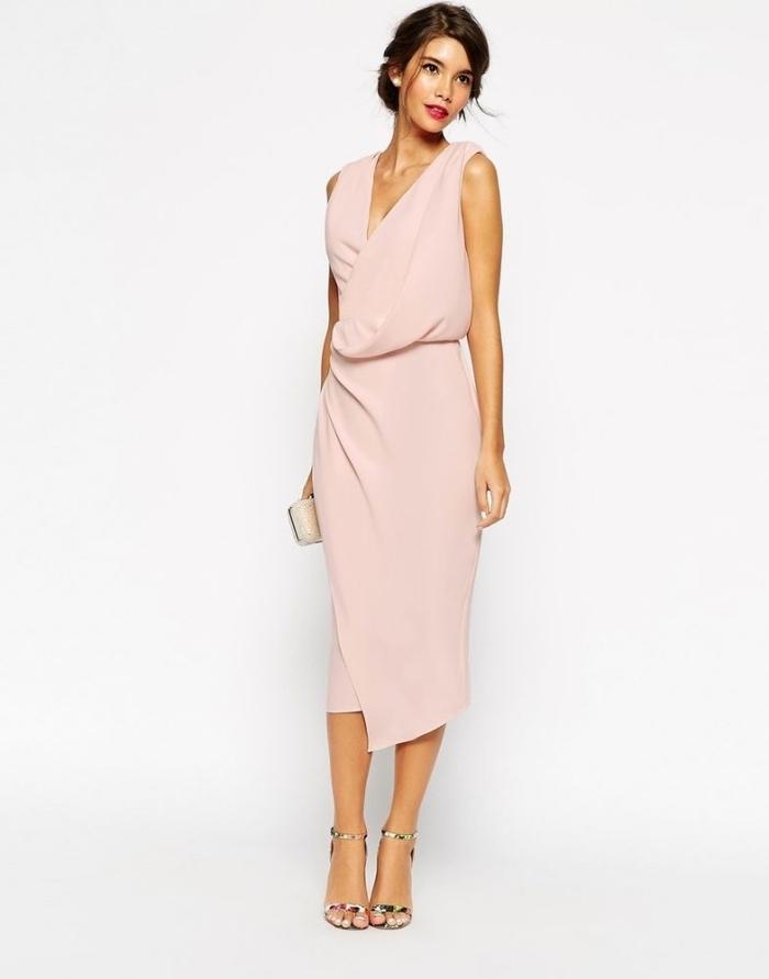 kleider für hochzeit als gast, hellrosa kleid mit geradem rock, bunte schuhe, kleide creme tasche, hochgesteckfte haare