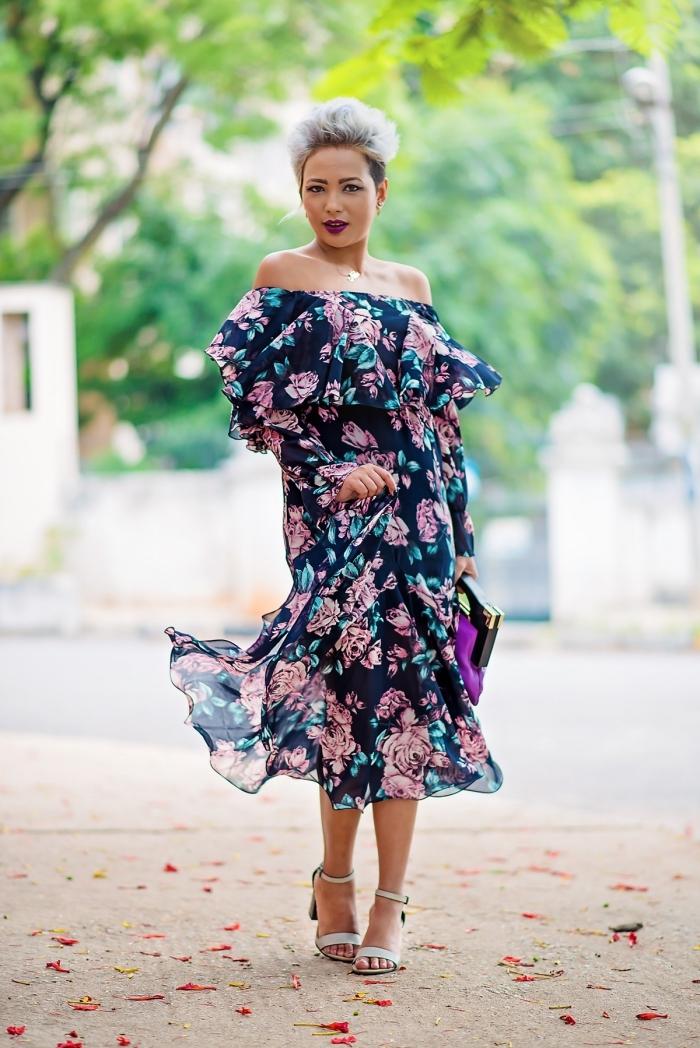 kleider für hochzeit als gast, sommerkleid mit floralem muster, graue haare mit dunklem ansatz, lila tasche