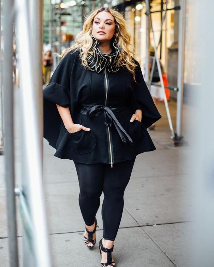 kleider für mollige frauen, schwarzer mantel in kombination mit ledergürtel, herbst outfit