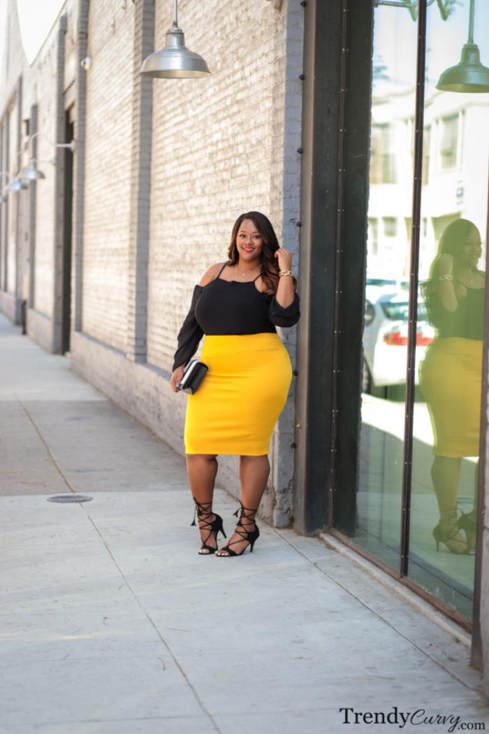 kleider für mollige frauen, gelber gerader rock in kombination mit schwarzer bluse, hohe schuhe