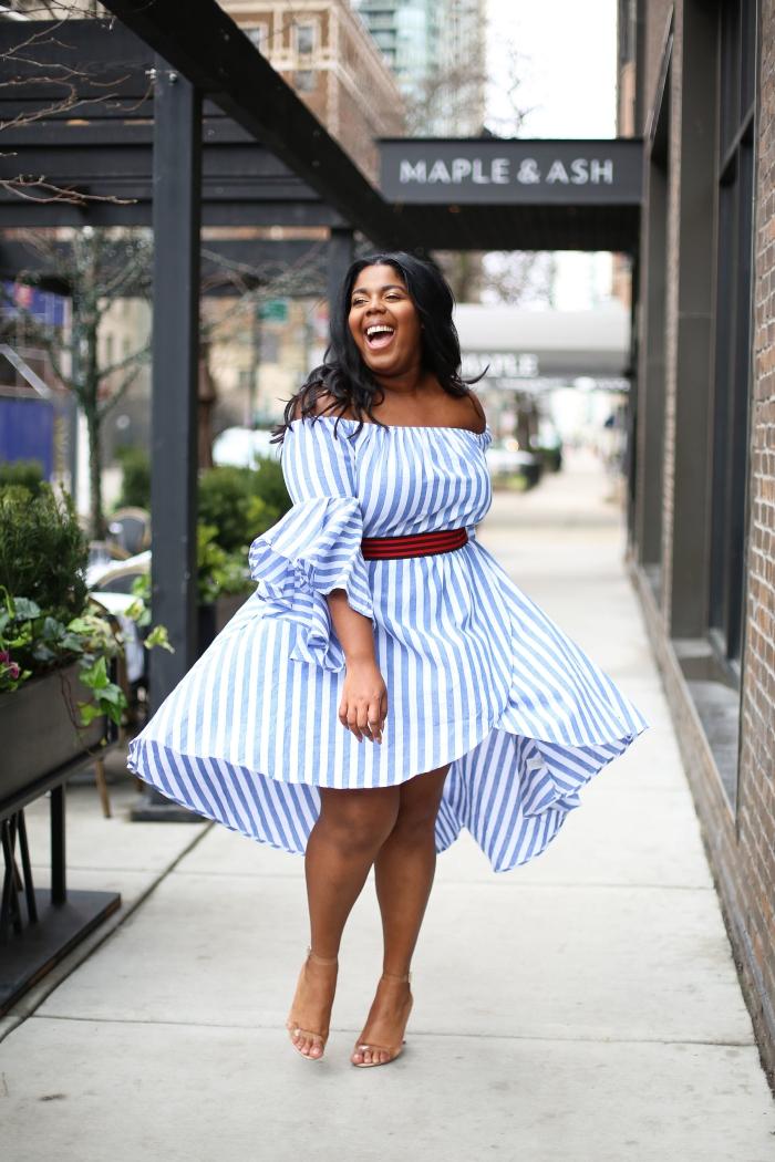 kleider für mollige frauen, sommer outfit damen, knielanges kleid in weiß und blau, roter gürtel