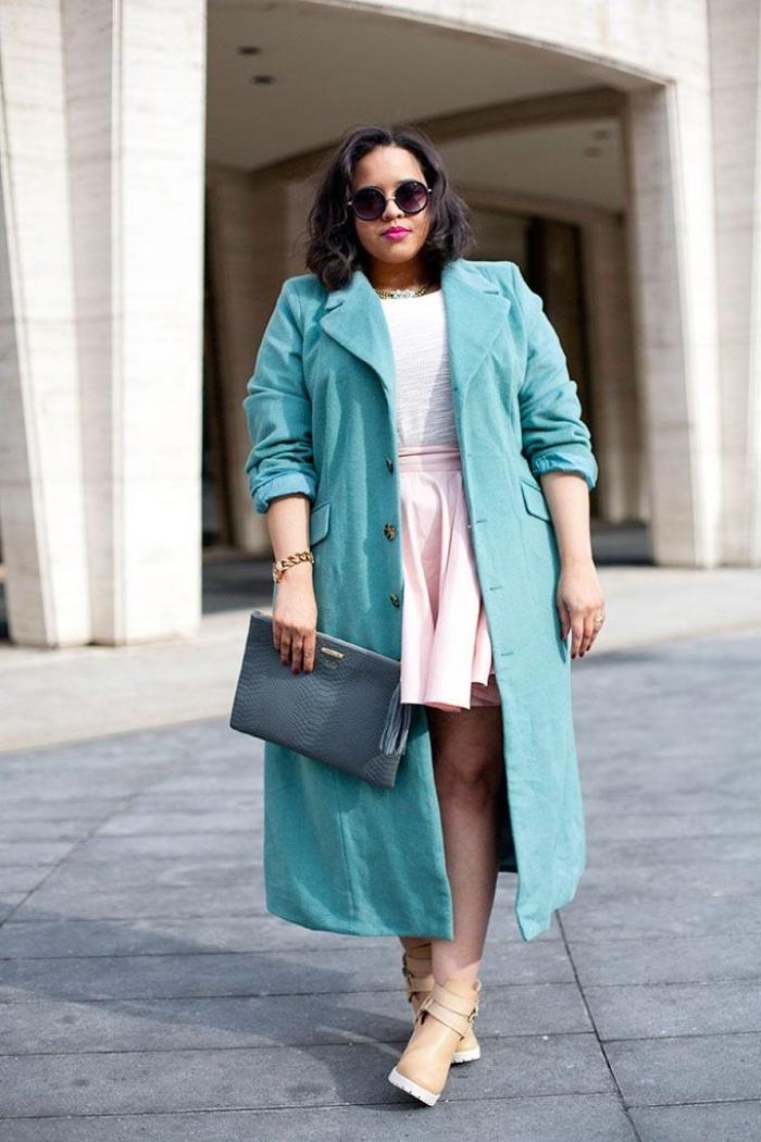 kleider für mollige frauen, weißer rosa rock, weiße bluse, türkisfarbener mantel, sonnenbrille