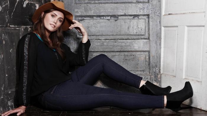 kleider große größen, brauner gut, schwarze bluse, dunkle jeans ausgefallene mode für mollige damen