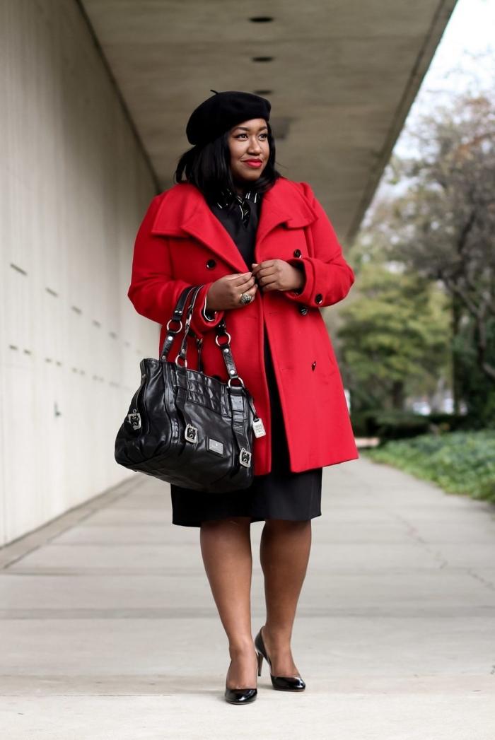 kleider große größen, hebst outfit ideen, roter mantel, schwarzes kleid, große tasche, mütze