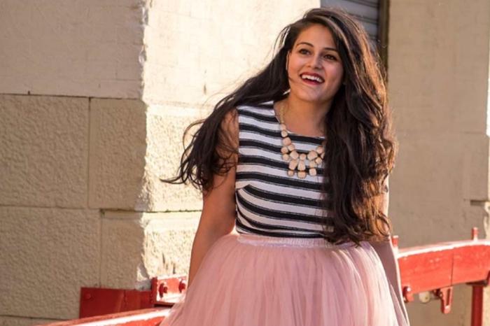 kleider große größen, rosa rock, gestreifte bluse, große halskette, sommer outfit ideen