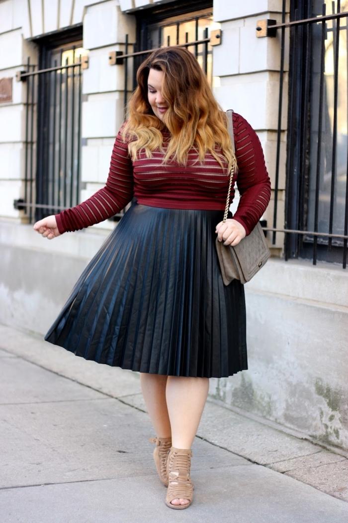 kleider große größen, schwarzer weiter rock, dunkelrote bluse mit langen ärmeln, ombre haare