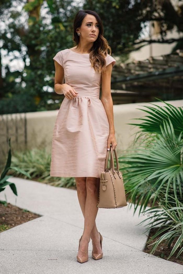 hellrosa kleid mit witem rock, klnielange kleid für hochzeitsgäste, beige tasche und schuhe