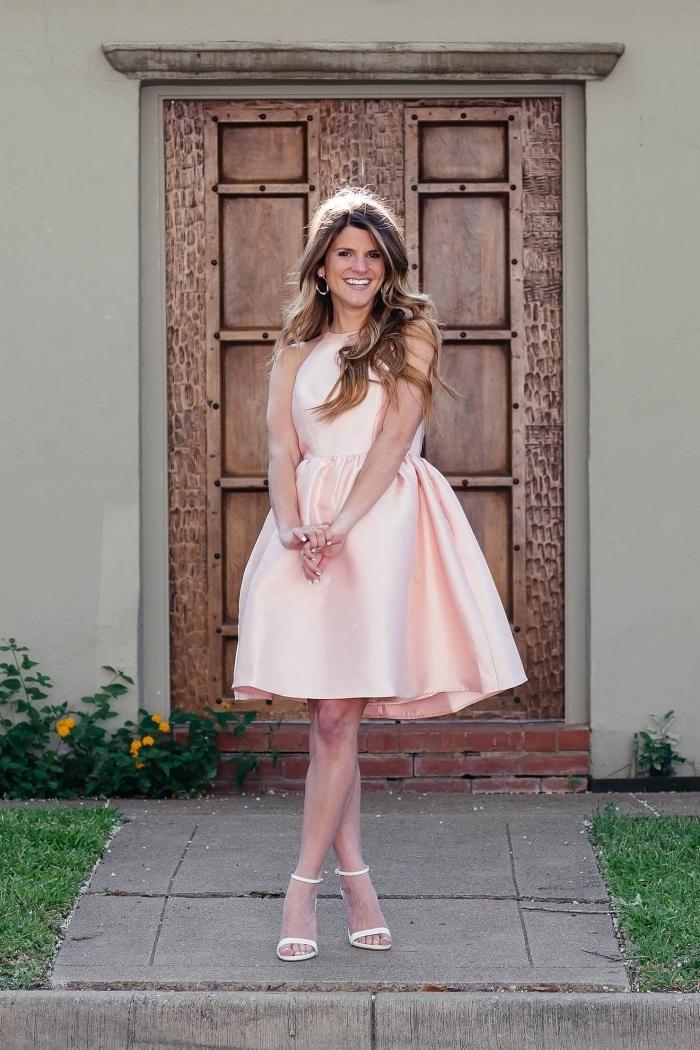 knielange keider, rosa sommerkleid mit weitem rock, weiße schuhe, hochzeitsutfit damen