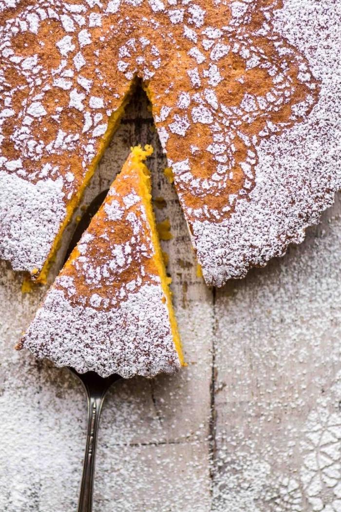kuchen glutenfrei bachen rezept, selsbtgemachter kuchen mit orangen dekoriert mit puderzucker