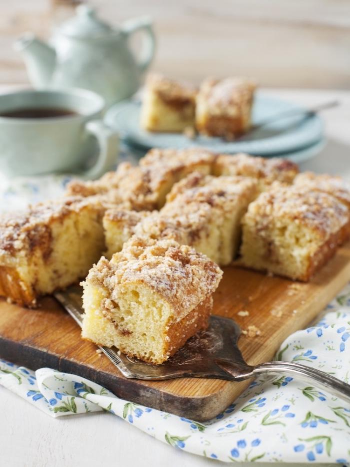 schneller kuchen mit äpfeln und kaffee dekroeirt mit puderzucker, kuchen glutenfrei baken, nachtisch ideen