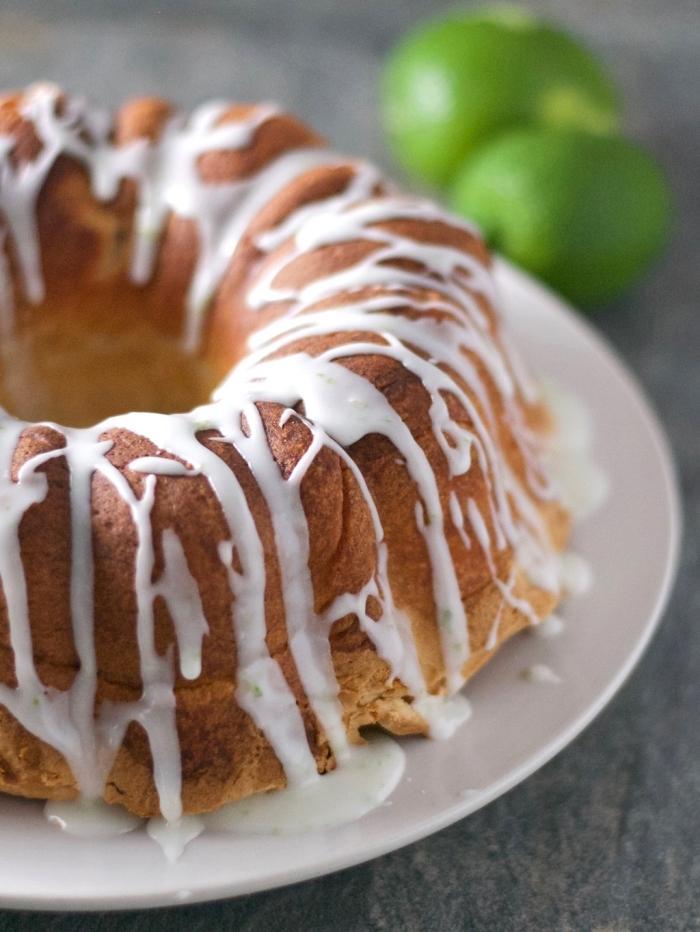 runder kuchen glutenfrei vegan garniert mit weißer zuckerglasur, glutenfrei essen, nachtisch ideen