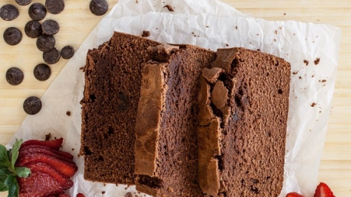 schneller kuchen mit kakao, schokoladenchips und erdbeeren, kuchen glutenfrei vegan, schokokuchen zubereiten