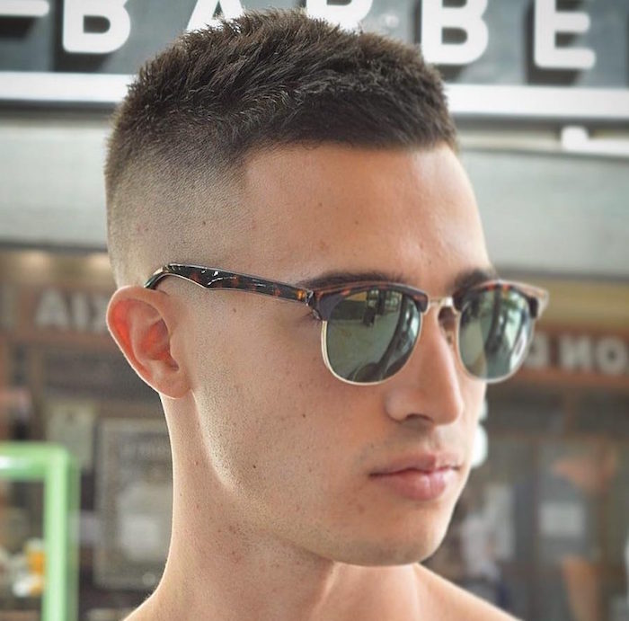 herren frisuren kurz, mann mit brillen von ray ban, kurze haare, volle lippen