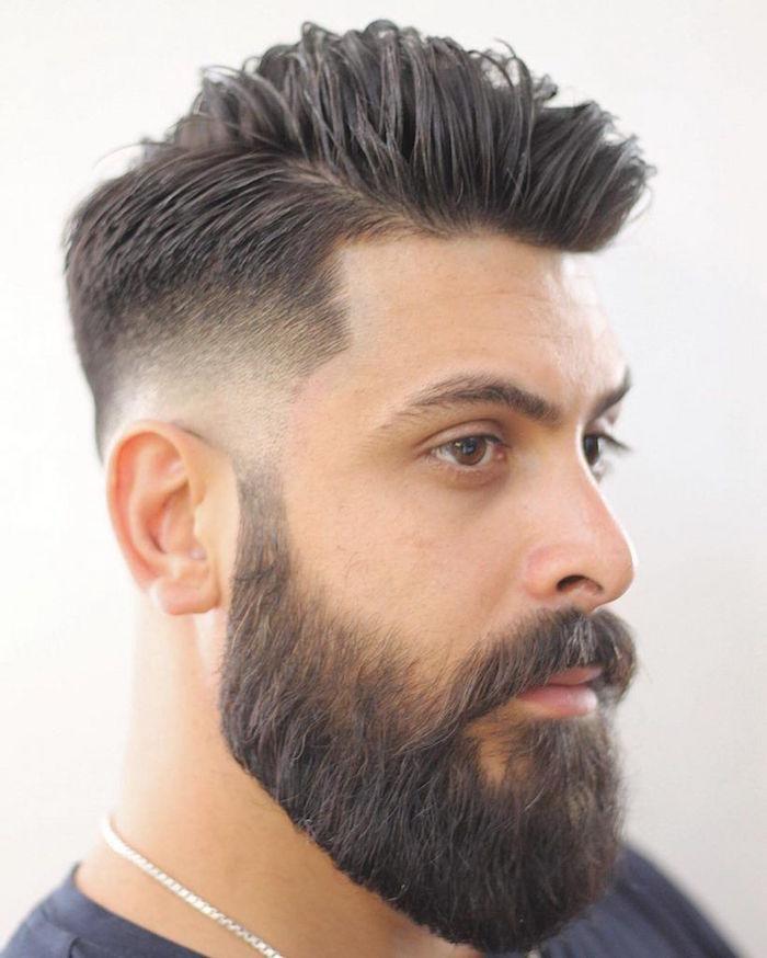 herren frisuren kurz mit längerem bart und mustache, schwarzhaariger mann