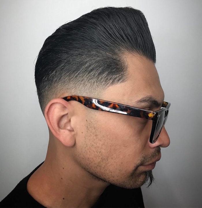 kurzhaarfrisuren 2019 männer,, trendy style mit brillen und glatt gestylten haaren mann