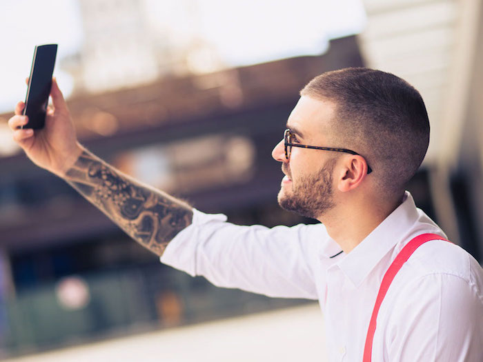 kurzhaarfrisuren 2019 männer, handy foto selber machen, selfie, selbstbewusster mann mit tattoos hemd und hosenträger