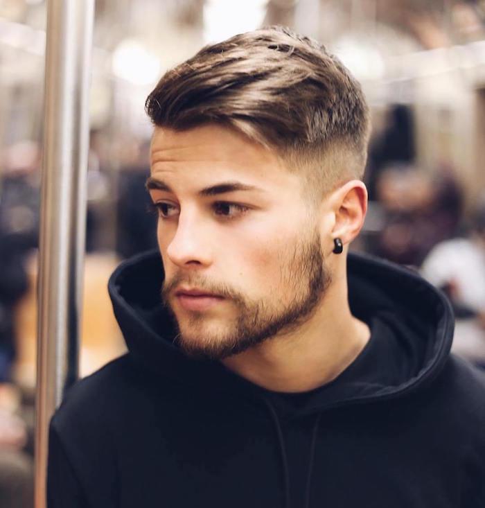 kurzhaarfrisuren 2019 männer, trendy style mann lässig mit sweatshirt, dreitägiger bart und flesh