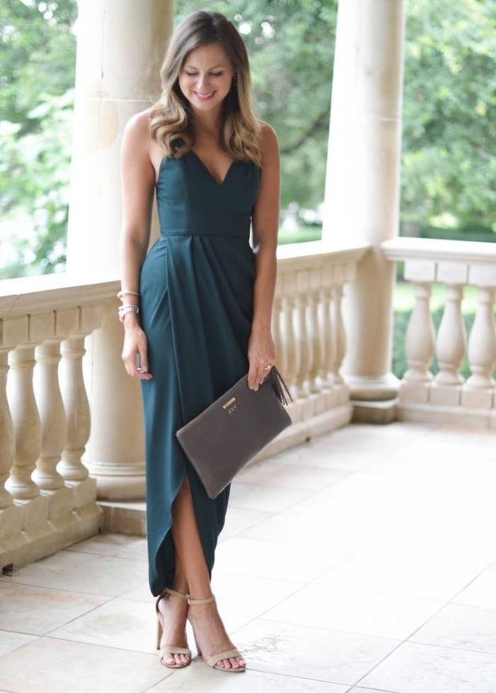 lange sommerkleider, dunkelgrünes kleid in griechischem stil, graue tasche, beige schuhe