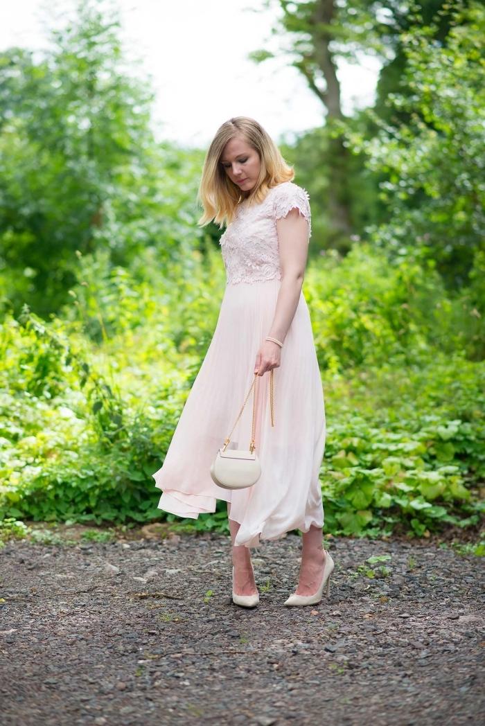 lange sommerkleider, hellrosa kleid mit rock aus chiffon, kleid tasche, spitze schuhe, hochzeitsgast