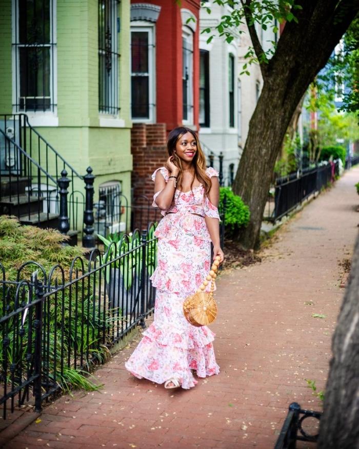 lange sommerkleider, weißes kleid mit rosa blumen motiv und rüschen, tasche aus bamboo