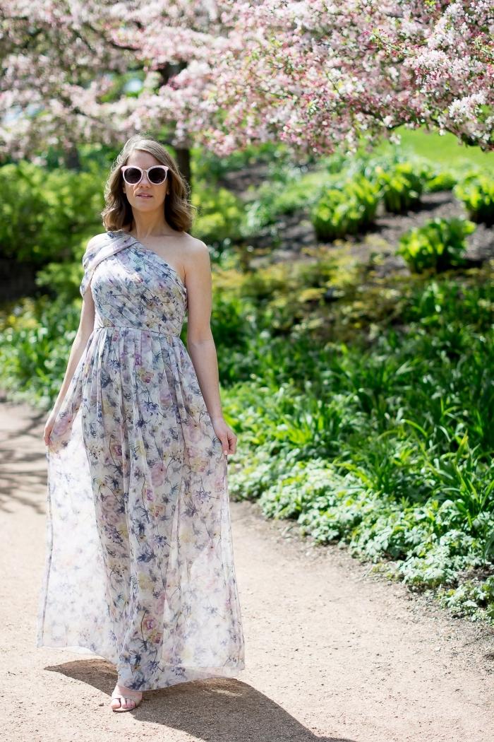 weißes kleid mit floralen motiven, lange sommerkleider, sommerhochzeit ideen, große sonnenbrille