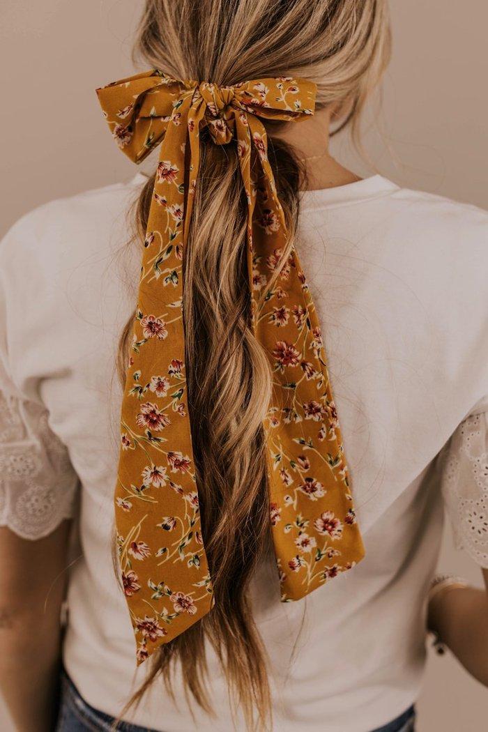 Bandana Frisuren zum Nachstylen, lange gewellte blonde Haare, gelbe Schleife mit Blumenmuster, weißes Shirt und Jeans