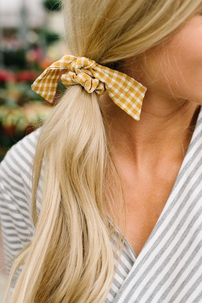 Haare seitlich binden, karierte Schleife in Gelb und Weiß, gestreiftes Top in Weiß und Grau