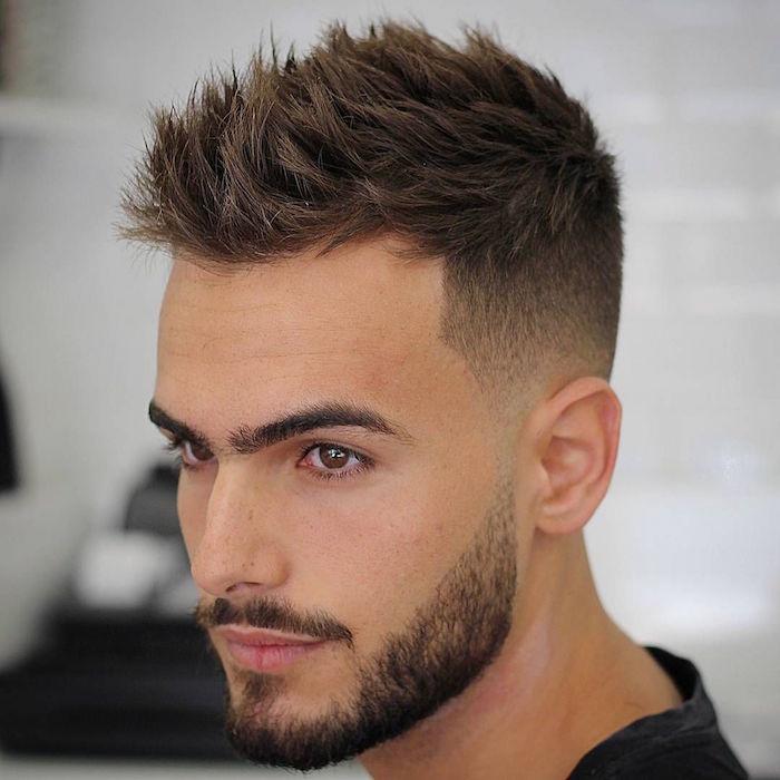 männerfrisuren 2019 kurz, trendy look, mann mit bart, mustache, gepflegten augenbrauen und haarfrisur, dunkelhaarig