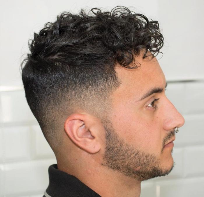männerfrisuren 2019 kurz lockig und modern, locken am längeren teil des haares vorne, bart, style ideen für männer, piercing an der nase